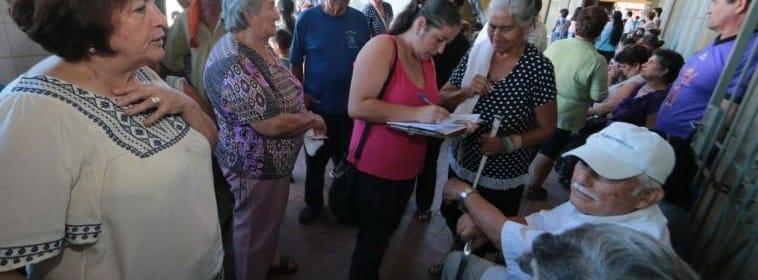 Los voluntarios de Flying Doctors of America durante  su campaña en un barrio pobre de Asunción.