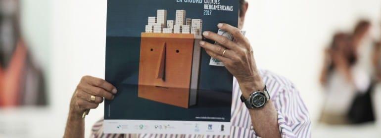 Un asistente a la presentación del I Premio de Novela Gráfica Ciudades Iberoamericanas ojea las bases del concurso.