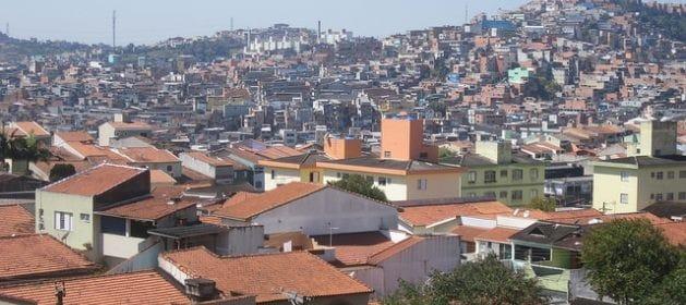 """Un barrio de clase media y una """"favela (asentamiento pobre)"""" conviven en São Bernardo do Campo, municipio en el extremo sudeste de la Región Metropolitana de São Paulo, donde las viviendas precarias siguen escalando las tierras disponibles en el cerro, mientras abajo un riachuelo recibe el agua servida y la basura del vecindario. Crédito: Mario Osava/IPS"""