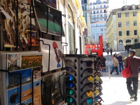 Sólo en la Baixa de Lisboa existen 52 tiendas de souvenirs, todas con exactamente el mismo género de merchandising.
