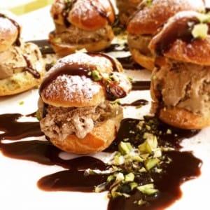 Profiteroles rellenos de helado de café y salsa de Nutella / Rachel Pol