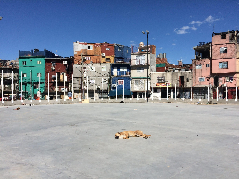 Un espacio abierto en la villa 31 de Buenos Aires / C.G.C