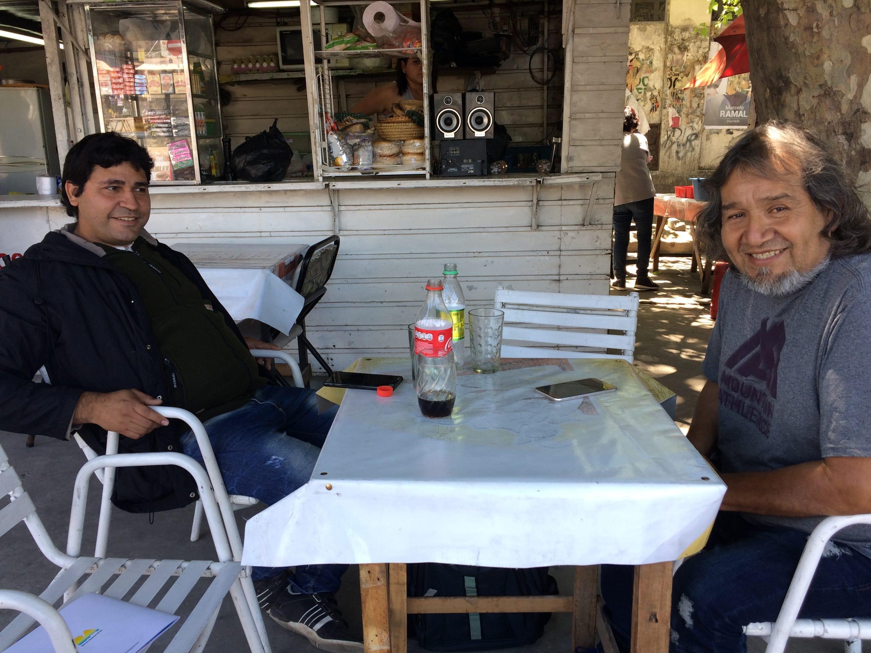 César y Sanabria y Raúl Guzmán, en la terraza de un establecimiento de la villa 31 / C.G.C