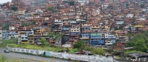 Centenares de miles de personas viven apretujadas y sedientas de servicios en las diferentes laderas de Petare, en el extremo este de Caracas, la mayor barriada informal de Venezuela y según diferentes expertos también de América Latina. Crédito: Humberto Márquez/IPS