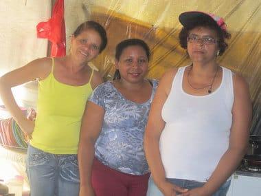 Josefa da Silva Cabral (a la izquierda), junto con otras dos mujeres que se encargan de la cocina en el Grupo 12 del campamento de los sin techo, que ocupó un solar céntrico en la sureña ciudad brasileña de São Bernardo do Campo. Crédito: Mario Osava/IPS