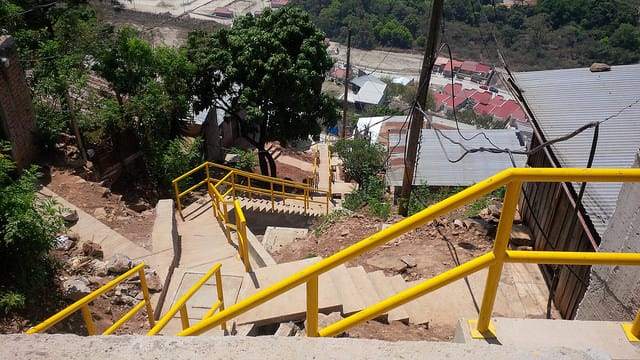 Unas escaleras en el barrio Ramón Amaya Amador y en otros intervenidos son el símbolo de la nueva inclusión de zonas pobres y marginadas con el resto de la ciudad de Tegucigalpa, la capital de Honduras. Crédito: Thelma Mejías/IPS