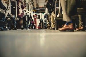 Viajeros en un autobús urbano